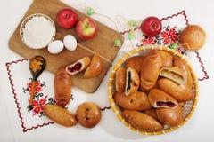 Ακόμα-ζωή με τις παραδοσιακές ρωσικές εύγευστες πίτες στο καλάθι στοκ εικόνες