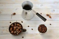 Ακόμα ζωή με τον καφέ και τα βελανίδια στοκ εικόνα με δικαίωμα ελεύθερης χρήσης