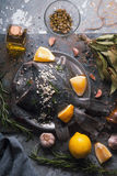 Ακόμα ζωή με τους ακατέργαστους πλευρονήκτες και καρύκευμα στην κατακόρυφο υποβάθρου πετρών Στοκ εικόνα με δικαίωμα ελεύθερης χρήσης