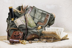 Ακόμα ζωή με το αναδρομικό σακίδιο πλάτης Στοκ Εικόνες