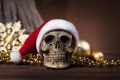 Ακόμα ζωή με το κρανίο Άγιου Βασίλη και τη χρυσή διακόσμηση Χριστουγέννων Στοκ εικόνα με δικαίωμα ελεύθερης χρήσης