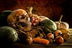 Ακόμα ζωή με το κρανίο και τα φρούτα σε ξύλινο Στοκ Φωτογραφίες