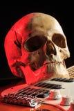 Ακόμα ζωή με το κρανίο και την ηλεκτρική κιθάρα Στοκ φωτογραφία με δικαίωμα ελεύθερης χρήσης