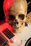 Ακόμα ζωή με το κρανίο και την ηλεκτρική κιθάρα Στοκ Φωτογραφίες