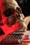 Ακόμα ζωή με το κρανίο και την ηλεκτρική κιθάρα Στοκ εικόνα με δικαίωμα ελεύθερης χρήσης