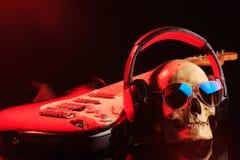 Ακόμα ζωή με το κρανίο και την ηλεκτρική κιθάρα Στοκ εικόνες με δικαίωμα ελεύθερης χρήσης