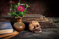 Ακόμα ζωή με το κρανίο και το βιβλίο, βάζο λουλουδιών Στοκ φωτογραφία με δικαίωμα ελεύθερης χρήσης