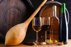 Ακόμα ζωή με το κόκκινο και άσπρο κρασί Στοκ Εικόνα