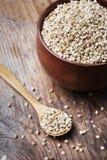 Ακόμα ζωή με το σωρό σιταριού φαγόπυρου στο ξύλινο κύπελλο στον τρύγο στοκ φωτογραφίες