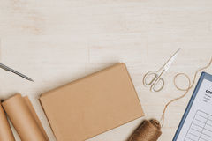 Ακόμα ζωή με το ταχυδρομικό δέμα Κουτί από χαρτόνι στο ξύλινο backgroun Στοκ εικόνα με δικαίωμα ελεύθερης χρήσης