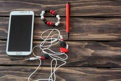 Ακόμα ζωή με το τηλέφωνο, την κάσκα, τη μάνδρα και το βραχιόλι κυττάρων Στοκ φωτογραφία με δικαίωμα ελεύθερης χρήσης