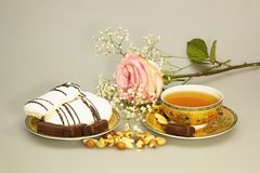 Ακόμα ζωή με το τσάι και τα γλυκά στοκ εικόνα