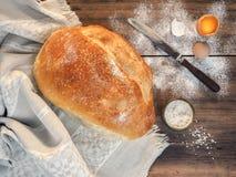 Ακόμα ζωή με το ψωμί στο υπόβαθρο του τραπεζομάντιλου και του παλαιού ξύλου Διεσπαρμένος στο επιτραπέζιο αλεύρι, σούπα με το άλας Στοκ εικόνα με δικαίωμα ελεύθερης χρήσης
