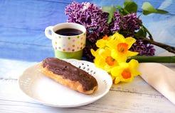 ακόμα ζωή με το choclate ECLAIR και τα λουλούδια για το mom Στοκ εικόνα με δικαίωμα ελεύθερης χρήσης