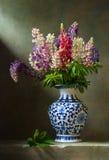 Ακόμα ζωή με το lupine λουλουδιών στοκ εικόνα