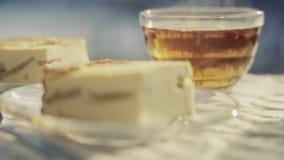 Ακόμα ζωή με casserole και το καυτό τσάι απόθεμα βίντεο