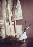 Ακόμα ζωή με easel Στοκ Εικόνα