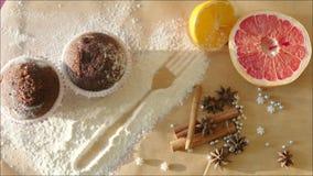Ακόμα-ζωή με Muffins σοκολάτας, τους νωπούς καρπούς και τα ραβδιά κανέλας φιλμ μικρού μήκους