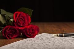 Ακόμα ζωή μιας μάνδρας πηγών, ενός εγγράφου και των τριαντάφυλλων λουλουδιών Στοκ φωτογραφίες με δικαίωμα ελεύθερης χρήσης