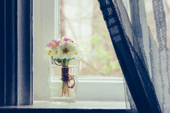 Ακόμα ζωή μια ανθοδέσμη primroses στο windowsill στη αγροικία Στοκ Εικόνα