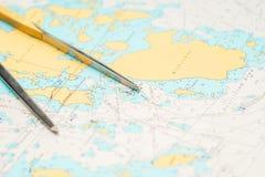 Ακόμα-ζωή ναυσιπλοΐας - εξοπλισμός πλοιάρχων και ένας χάρτης Στοκ Φωτογραφίες
