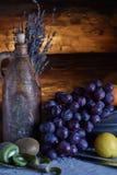 Ακόμα ζωή σε ένα αγροτικό ύφος κεραμικά πιάτα και φρούτα στοκ εικόνες