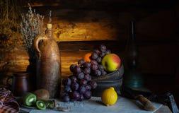 Ακόμα ζωή σε ένα αγροτικό ύφος κεραμικά πιάτα και φρούτα στοκ φωτογραφία με δικαίωμα ελεύθερης χρήσης