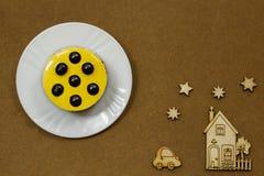 Ακόμα-ζωή σε ένα καφετί υπόβαθρο Κίτρινο κέικ Στοκ εικόνα με δικαίωμα ελεύθερης χρήσης