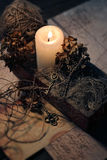 Ακόμα ζωή στο αναδρομικό ύφος με ένα καίγοντας κερί, παλαιές κλειδιά και επιστολές στοκ εικόνες