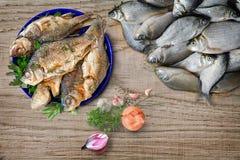 Ακόμα ζωή: τηγανισμένα και φρέσκα ψάρια ποταμών Στοκ Φωτογραφίες