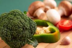 Ακόμα ζωή του μπρόκολου, φέτα του πράσινου πιπεριού κουδουνιών, ντομάτα στοκ φωτογραφία