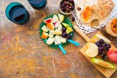 Ακόμα ζωή του τυριού, φρούτα, κρασί σε μια φυσική μαρμάρινη επιφάνεια Στοκ Εικόνες