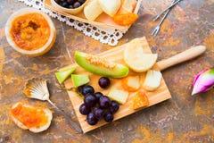 Ακόμα ζωή του τυριού, φρούτα, κρασί σε μια φυσική μαρμάρινη επιφάνεια Στοκ εικόνα με δικαίωμα ελεύθερης χρήσης