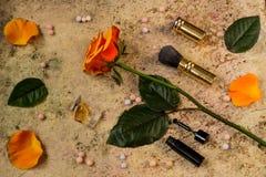 Ακόμα ζωή των λαϊκών θηλυκών πραγμάτων - λουλούδι, άρωμα, σκόνη σφαιρών, Στοκ Φωτογραφία