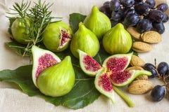 Ακόμα ζωή των φρέσκων ζωηρόχρωμων φρούτων Δέσμη των μαύρων σταφυλιών, gree Στοκ φωτογραφία με δικαίωμα ελεύθερης χρήσης