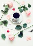 Ακόμα ζωή - φλιτζάνι του καφέ, τριαντάφυλλα ροδάκινων, κενή κάρτα αγάπης και διαμορφωμένες καρδιά καραμέλες, ρομαντικό υπόβαθρο α Στοκ Φωτογραφίες