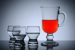 Ακόμα ζωή goblets γυαλιού στο φως στοκ εικόνα με δικαίωμα ελεύθερης χρήσης