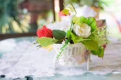Ακόμα η ζωή με τα λουλούδια φθινοπώρου και αυξήθηκε Στοκ φωτογραφία με δικαίωμα ελεύθερης χρήσης