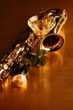 Ακόμα η ζωή με martini, saxophone και άσπρος αυξήθηκε στοκ εικόνα με δικαίωμα ελεύθερης χρήσης