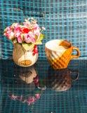 Ακόμα η ζωή, φλυτζάνι καφέ άσπρο αυξήθηκε πλαστικό Στοκ Φωτογραφία