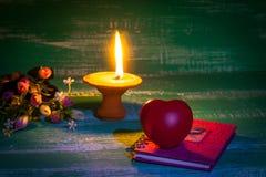 Ακόμα κηροπήγιο ζωής με το σημάδι καρδιών Στοκ Φωτογραφίες
