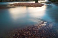 Ακόμα ποταμός και αντανακλάσεις βουνών στο Περού Στοκ εικόνες με δικαίωμα ελεύθερης χρήσης