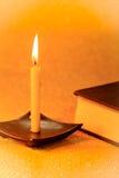Ακόμα χρυσό φως κεριών ζωής και βιβλίο Βίβλων σε χρυσό που θολώνεται Στοκ φωτογραφία με δικαίωμα ελεύθερης χρήσης