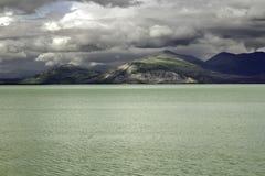 Αλάσκα, βουνά και η λίμνη Στοκ Εικόνα