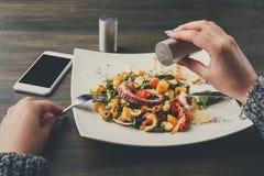 Αλάτισμα της σαλάτας με το χταπόδι και τα λαχανικά pov Στοκ Φωτογραφία