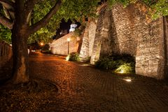 Αλέα νύχτας κατά μήκος του τοίχου του Castle στη Μπρατισλάβα Στοκ Φωτογραφία