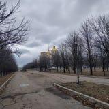 Αλέα στο πάρκο που οδηγεί στον ιερό καθεδρικό ναό τριάδας σε Kramatorsk στοκ φωτογραφία με δικαίωμα ελεύθερης χρήσης