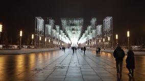Αλέα Χριστουγέννων με το φωτισμό διόδων στο τετράγωνο πόλεων απόθεμα βίντεο