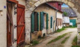 Αλέα Landway στη Βρετάνη που περνά από τα αρχαία σπίτια αρενησθας δε θολορ οσθuρο με τις χρωματισμένα πόρτες και τα παράθυρα στοκ εικόνες