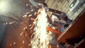 Αλέθοντας εργαλεία μετάλλων με τα σπινθηρίσματα - σφυρηλατήστε το εργαστήριο, σε αργή κίνηση φιλμ μικρού μήκους